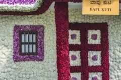 Blumen-Haus mit Türen, Säule und Fenster lizenzfreies stockbild