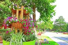 Blumen im großen Topf im Park Ramat Hanadiv, Erinnerungsgärten von Baron Edmond de Rothschild, Zichron Yaakov, Israel lizenzfreies stockfoto