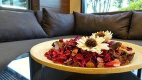 Blumen im hölzernen Teller Stockfoto