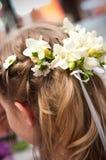 Blumen im Haar Stockfotografie