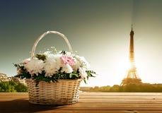 Blumen im Korb und im Eiffelturm Stockbilder