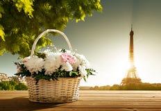 Blumen im Korb und im Eiffelturm Lizenzfreie Stockfotos