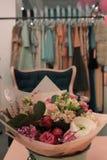 Blumen im Shop stockfotos