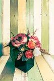 Blumen im Vase auf Retro- Weinlesehintergrund Lizenzfreies Stockfoto