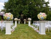Blumen im Vase Eleganz gegründet für Hochzeitszeremonie Lizenzfreies Stockbild