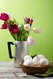 Blumen im Vase und in den Eiern auf Korb lizenzfreie stockbilder