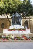 Blumen, Kerzen und Tribute zu Daphne Caruana Galizia am Fu? des gro?en Belagerungs-Monuments in Valletta, Malta lizenzfreies stockfoto