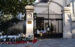 Blumen, Kerzen und Zeichen gegen Terroranschlag in Paris, gelegt vor französischer Botschaft in Madrid, Spanien Lizenzfreie Stockbilder