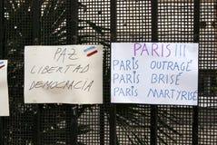Blumen, Kerzen und Zeichen gegen Terroranschlag in Paris, gelegt vor französischer Botschaft in Madrid, Spanien Stockfotografie