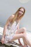 Blumen-Kleiderhaltung der Mode blonde tragende unter hellem Sonnenschein Lizenzfreie Stockfotografie