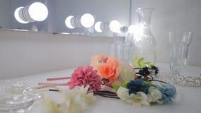 Blumen liegen auf einer weißen Tabelle stock video