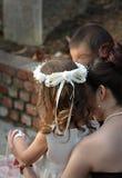 Blumen-Mädchen und Blumen-Junge an einer Hochzeit Stockbild