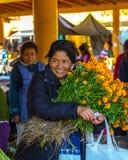 Blumen-Markt-Verkäufe stockfotografie