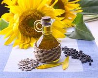 Blumen mit einer Flasche Sonnenblumenöl Lizenzfreie Stockfotos