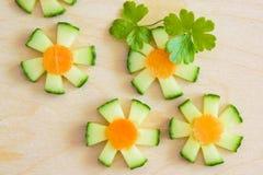 Blumen mit geschnittener frischer Gurke für Dekoration Lizenzfreie Stockfotos