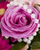 Blumen mit weißen Perlen Lizenzfreie Stockbilder