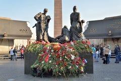 Blumen am Monument zu den 900 Tagen der Blockade während des c Stockbilder