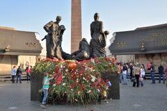 Blumen am Monument zu den 900 Tagen der Blockade während des c Lizenzfreie Stockfotografie