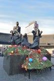 Blumen am Monument zu den 900 Tagen der Blockade während des c Stockbild