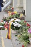 Blumen nähern sich Oktyabrskaya Metro-Station Lizenzfreie Stockfotos