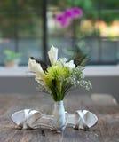 Blumen, Ring und Schuhe Stockfoto