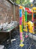 Blumen, Ringelblumen, Lotos, Banane, Kokosnuss oder Frucht für die Anbetung stockbilder