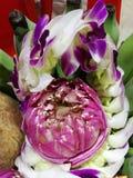 Blumen, Ringelblumen, Lotos, Banane, Kokosnuss oder Frucht für die Anbetung in Thailand-Tempel an guten Rutsch ins Neue Jahr cere stockbilder
