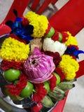 Blumen, Ringelblumen, Lotos, Banane, Kokosnuss oder Frucht für die Anbetung in Thailand-Tempel an guten Rutsch ins Neue Jahr cere lizenzfreies stockfoto