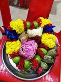 Blumen, Ringelblumen, Lotos, Banane, Kokosnuss oder Frucht für die Anbetung in Thailand-Tempel an guten Rutsch ins Neue Jahr cere lizenzfreie stockfotografie