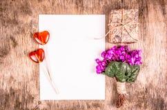Blumen, Süßigkeit und Geschenkbox auf hölzernem Hintergrund Geschenk für Frau Empfindliche Blumen und Geschenkbox Lutscher in For Stockbild
