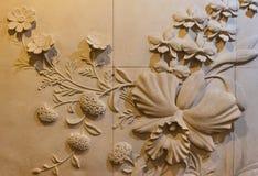 Blumen schnitzten Sandstein Stockbild