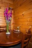 Blumen, Stühle und Tabelle Stockbilder