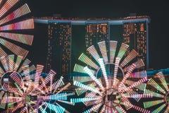 Blumen-Uhr mit Marina Bay Sands im Hintergrund für Singapur-iLight 2019 lizenzfreie stockfotografie
