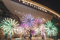 Blumen-Uhr vor einem Fullerton für Singapur-iLight 2019 lizenzfreie stockfotos