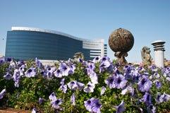 Blumen und Bürohaus Stockfotos