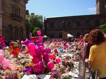 Blumen und Ballone für die Opfer des Manchester-Arenaangriffs Lizenzfreies Stockbild