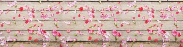 Blumen und Blätter auf hölzerner Beschaffenheit stockbild