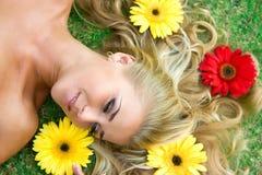 Blumen und Blondine Lizenzfreie Stockbilder