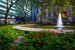 Blumen und Brunnen in Bowling Green, im Lower Manhattan, neu Lizenzfreie Stockfotografie