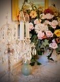 Blumen und candelabre lizenzfreies stockfoto