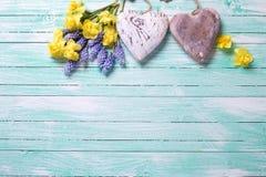 Blumen und dekorative Herzen Lizenzfreie Stockfotografie