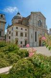 Blumen und die Kathedrale Stockfotografie