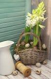 Blumen und Eier im Korb Lizenzfreie Stockbilder