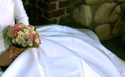 Blumen und ein Hochzeitskleid lizenzfreie stockfotos
