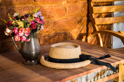 Blumen und ein Hut Lizenzfreie Stockfotografie