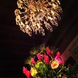 Blumen und ein Leuchter Stockbild