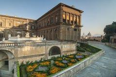 Blumen und eine Ansicht des Duomo bei Palazzo Pitti Lizenzfreie Stockfotos