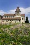 Blumen und eine Kirche Stockfotos
