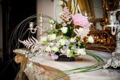 Blumen und erhöhten sich um den Kamin Lizenzfreies Stockfoto
