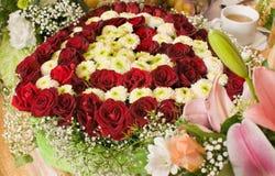 Blumen und feierliche Tabelle. Lizenzfreies Stockfoto